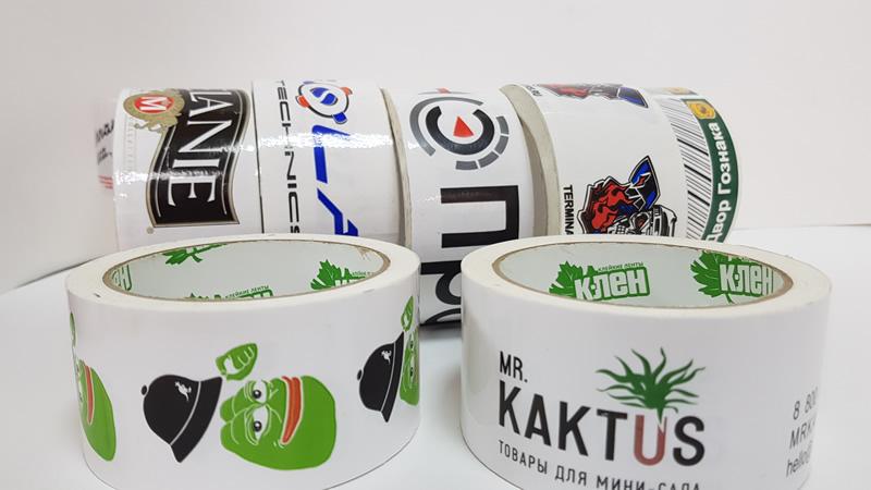 Скотч с логотипом три цвета на белом фоне